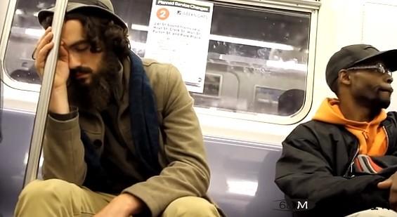温情短片:靠在陌生人肩上睡着
